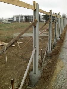 Stĺpiky s betónovými pätkami zabezpečené na správne osadenie počas tuhnutie betónu