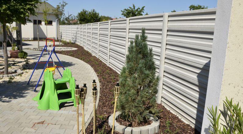 Betónové ploty TR beton nijako nenarúšajú príjemné prostredie domova
