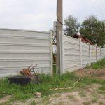 Účelnosť plota závisí od kvalitnej montáže a správneho osadenia stĺpikov. Vzniknuté medzery znižujú účel oplotenia.