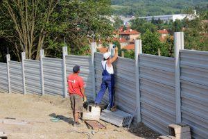 Príprava plota na osadenie ostnatého drôtu pre zvýšenie bezpečnosti