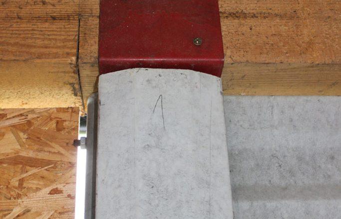 Stĺp H vyhotovený v jednom kuse umožňuje osadiť prvky pre pevné umiestnenie základov strechy