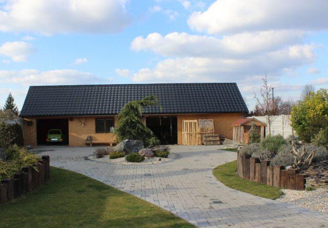Kombináciou materiálov vieme docieliť súlad oplotenia so stavbou i záhradou