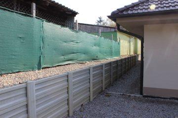 Skrátením dosiek sme dokázali vytvoriť dostatočne pevný základ pre vystavenie oporného múru, ktorý zabraňuje zosuvu zeminy z vyššie položeného pozemku
