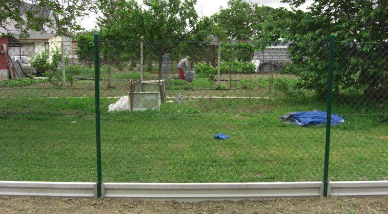 Ukážka podhrabových dosiek v kombinácii s pletivovým plotom